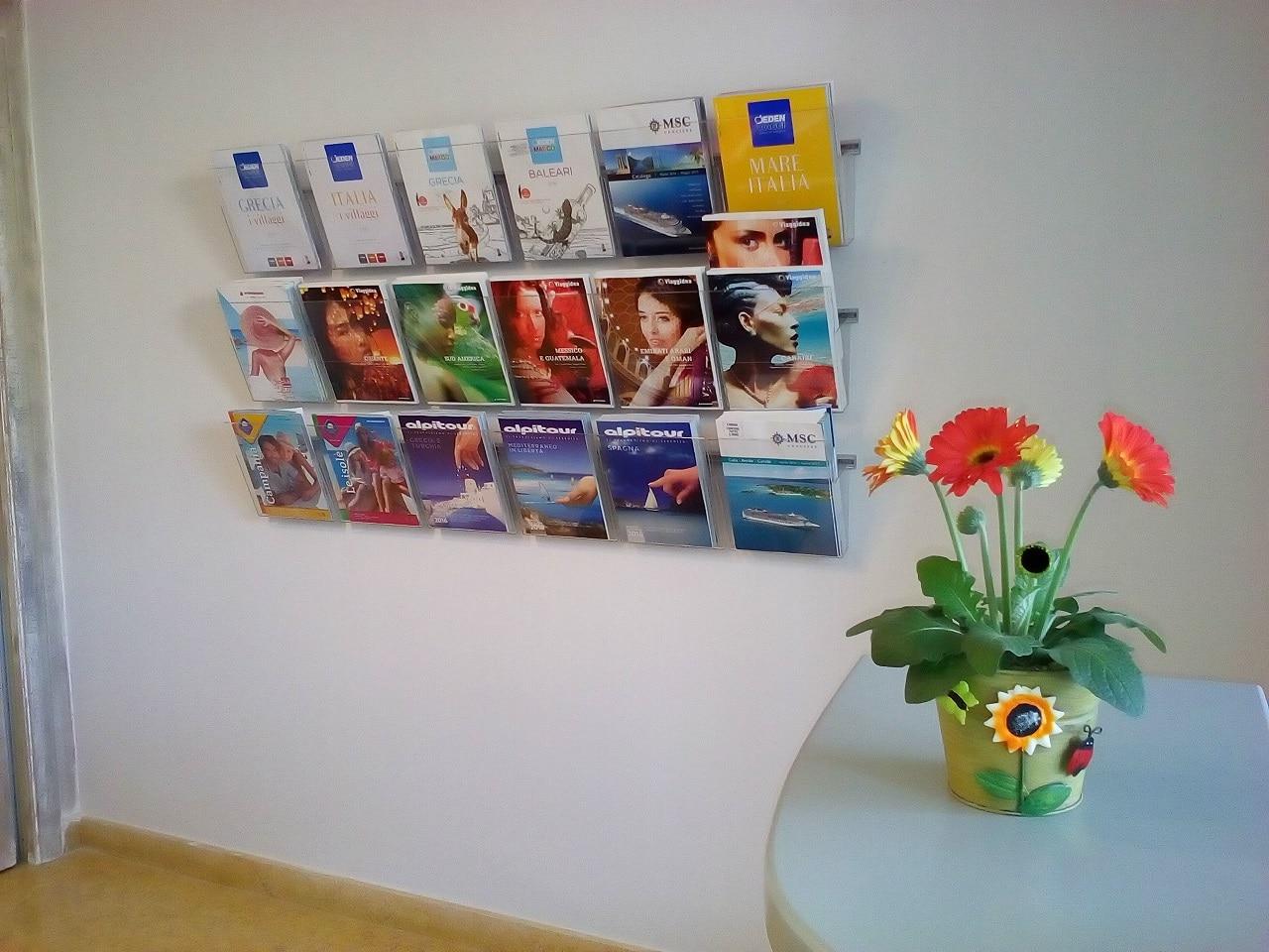 Porta cataloghi per agenzie viaggi da parete espositori for Arredamento agenzia viaggi