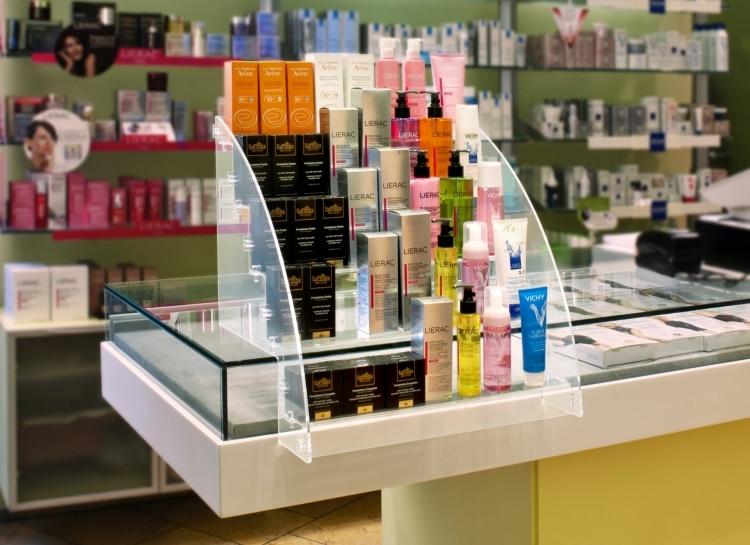 Espositore per prodotti da banco a piani in plexiglass