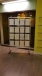 Espositore da terra per vetrina per 16 annunci A4