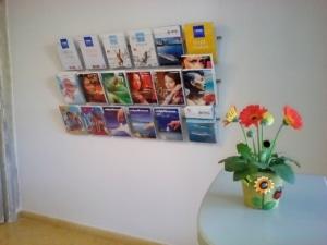 Porta cataloghi da muro per agenzia viaggi