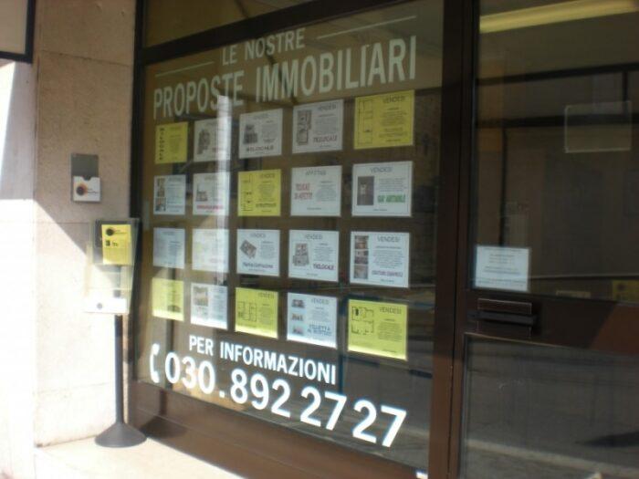 Porta offerte da vetrina per agenzia