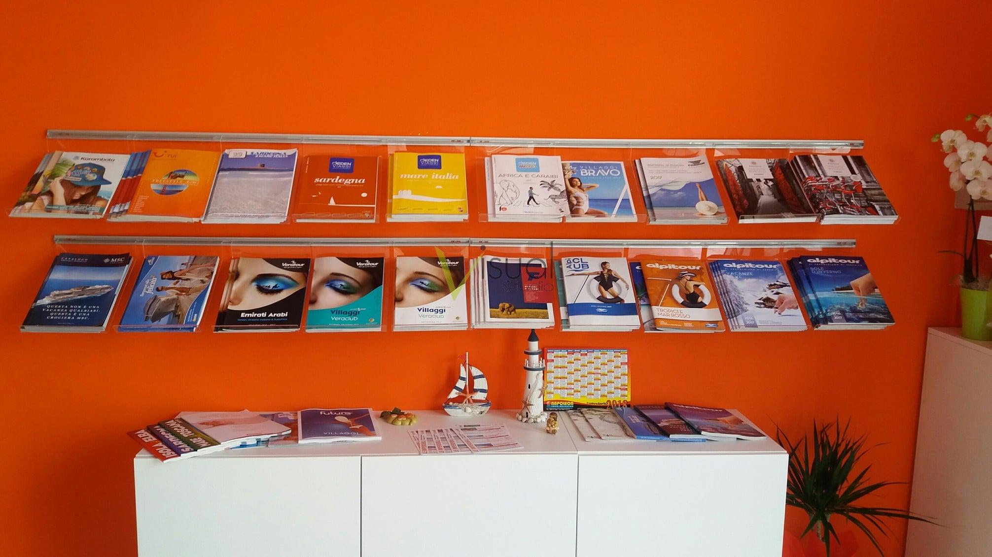 Porta cataloghi da parete per agenzia con piani inclinati