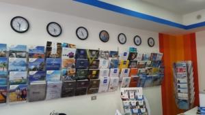 Porta cataloghi da parete per agenzia viaggi