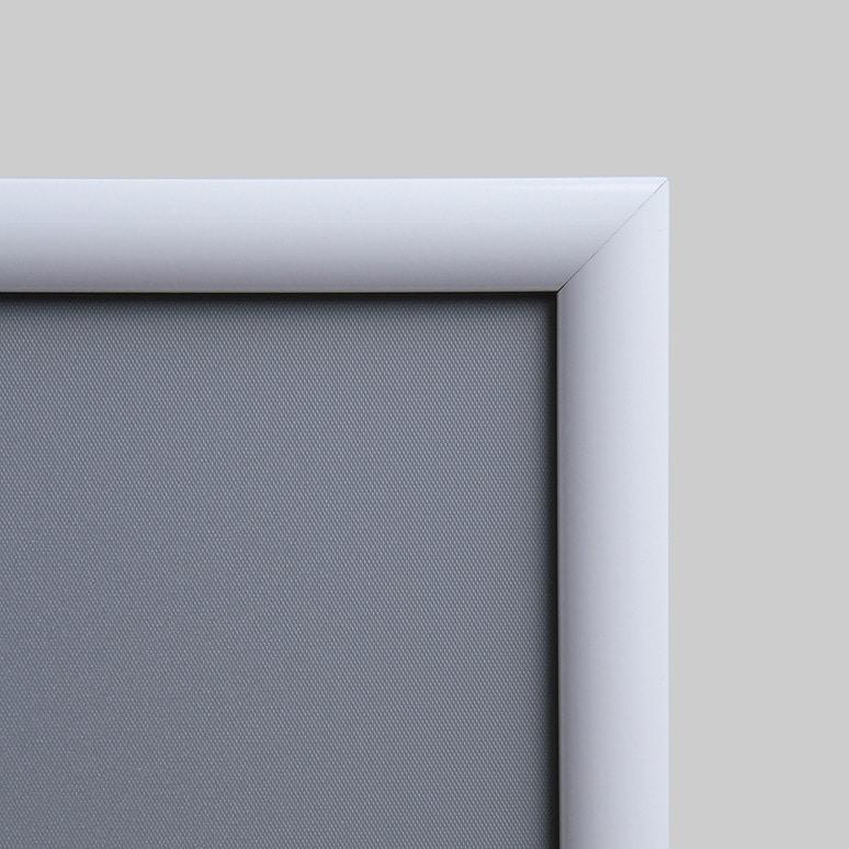 Dettaglio cornice porta pubblicità bianca