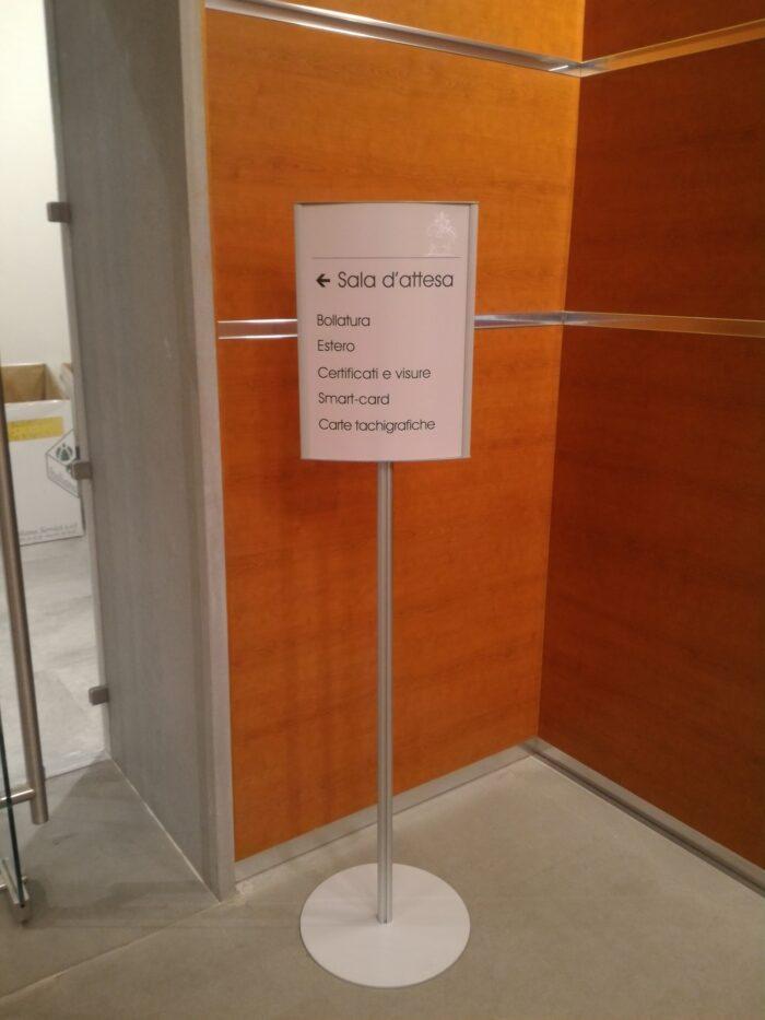 totem per indicazioni per uffici pubblici