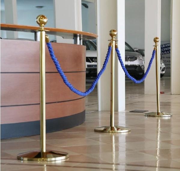 Colonna dorata con cordone blu